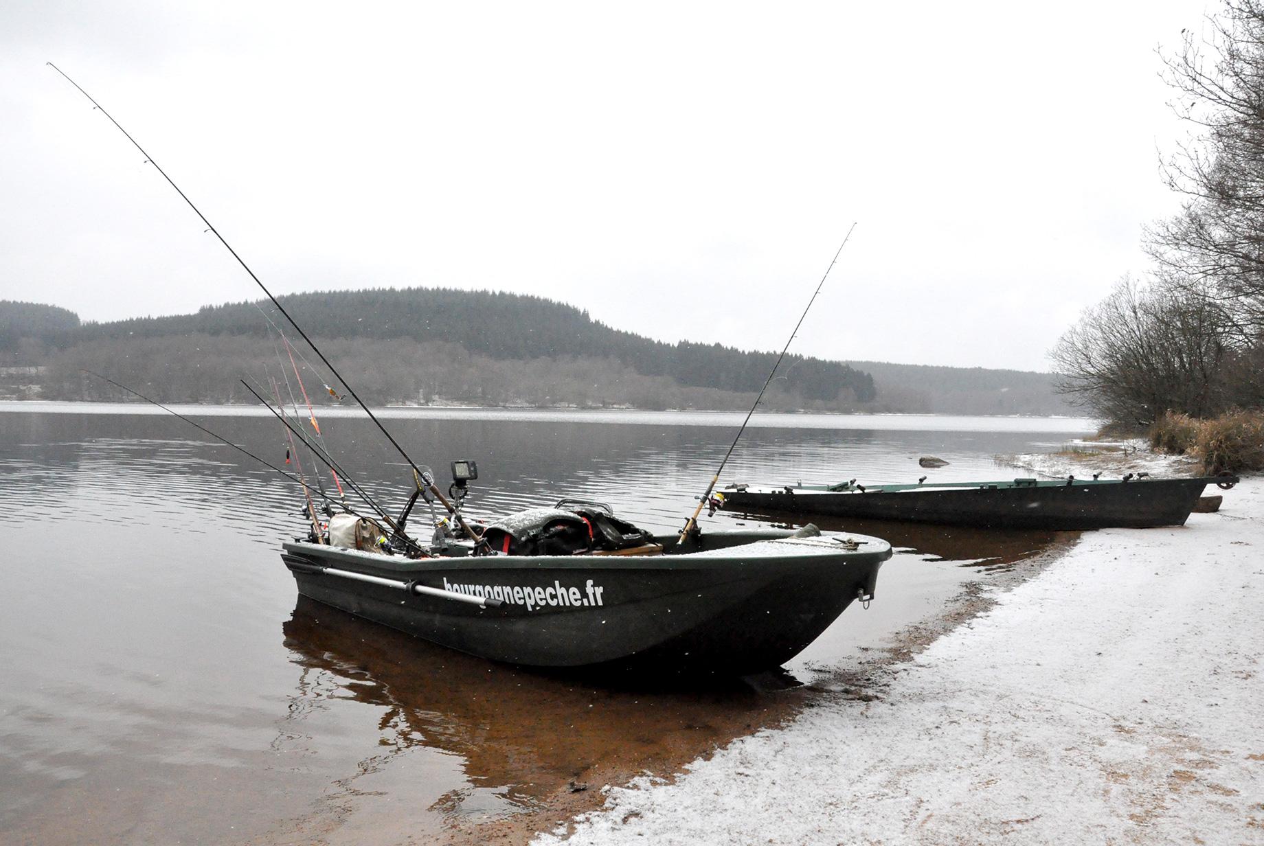Pêche des carnassiers en barque motorisée dans le Morvan